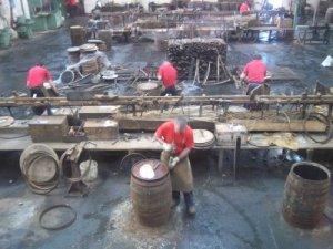 Die Arbeiter bei der Reparatur gebrauchter Fässer