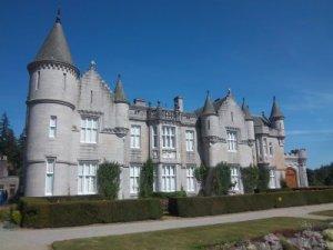 ... und Balmoral Castel von links *g* - Schönes Postkartenmotiv