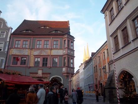 Schön saniertes Haus in Görlitz (im Hintergrund die spitzen Türme der Peter-und-Paul-Kirche