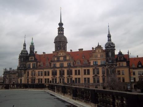 Dresdner Kulisse mit dem Turm der Stiftskirche (ganz links) und dem grünen Gewölbe im Vordergrund