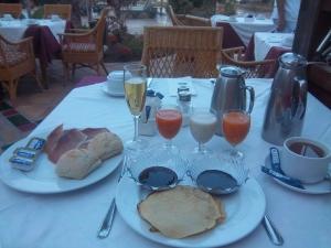 Stärkendes Frühstück: Brötchen, Seranoschinken, Pfannkuchen mit Soße, Kaffee, Puffbrause, diverse frische Säfte ... wer da nicht satt wird...