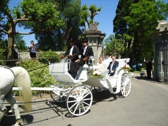 ... und hier auch ein Blick auf die Kutsche und das Paar