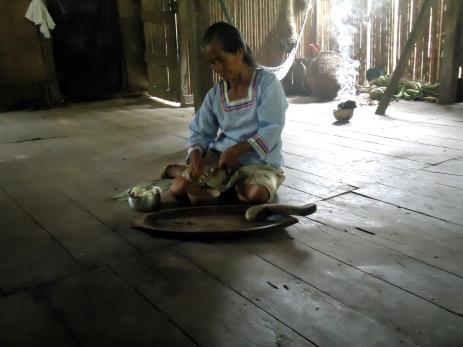 Teresa bei der Chicha-Herstellung 1