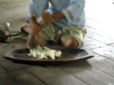 Teresa bei der Chicha-Herstellung 2