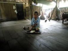 Teresa bei der Chicha-Herstellung 3