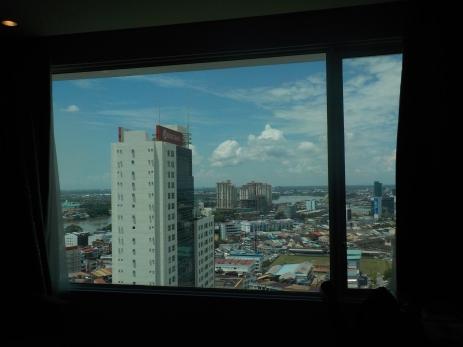 Blick auf Kuching und den Sarawak von meinem Hotelzimmer im 18. Stock