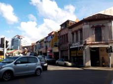 Typische Häuserfront mit kleinen Geschäften im Erdgeschoss