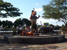Eine der vielen Katzenstatuen in Kuching