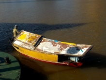 Für 1 Ringit kann man sich damit über den Sarawak schippern lassen