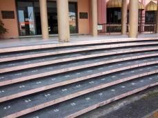 Einfaches Abstellsystem für die Schuhe vor der Moschee