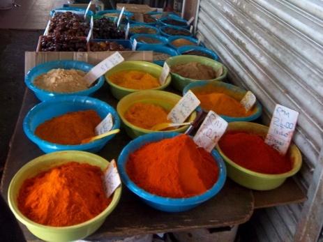 Natürlich gibt es auf der Gambir Spice Straße Gewürze