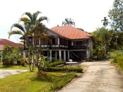 Eines der moderneren und teureren Wohnhäuser in einem Vorort