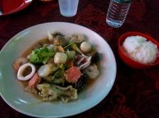 Mein Teller mit Muschelfleisch, Tintenfisch und allerlei unbekannten Meeresfrüchten