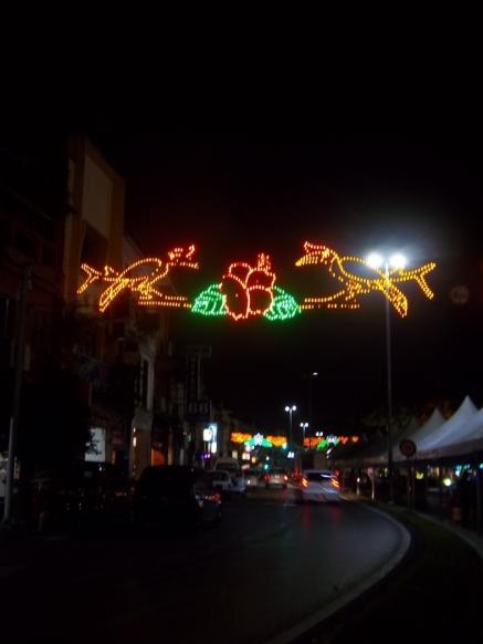 Schöne nächtliche Straßenbeleuchtung