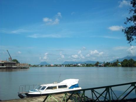 Eine Anlegestelle am Sarawak mit Blick auf den Santubong, wo es nachher hingeht