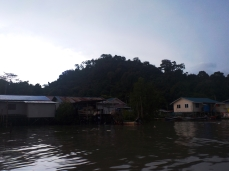 Wir schippern vor einem Fischerdorf