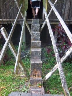 Etwas abenteuerlich: Treppe aus einem Holzstamm