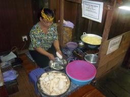 Hier werden Tapioka-Streifen frittiert - sehr lecker