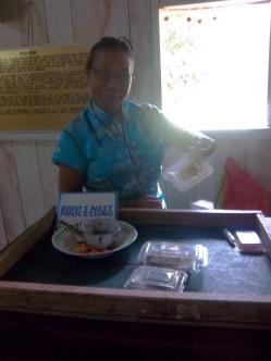 Diese freundliche Dame bietet mir Vogelnester für die Suppe an