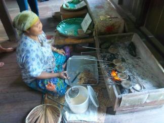Diese Dame bäckt hauchdünne Waffeln mit alten Eisen
