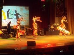 Darsteller zeigen die traditionellen Tänze der Dayak