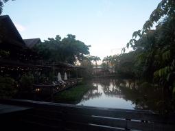 Blick auf den kleinen See und die Sonnenterrasse des Resort
