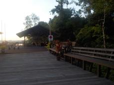Ein Teil des großen Sonnendecks in der Abai Jungle Lodge