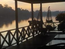Auch die Makaken mögen wohl die morgendliche Ruhe am Fluss