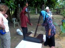 Einheimische zeigen uns wie man Reis schält