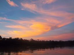 Wunderschön: Abenddämmerung überm Fluss