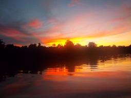 Wie ein Flammenmeer: Spektakulärer Sonnenuntergang