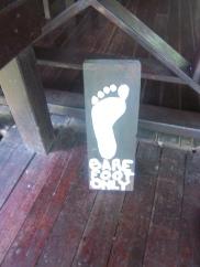 Dieses Schild macht mich glücklich - ich liebe es barfuss zu gehen.