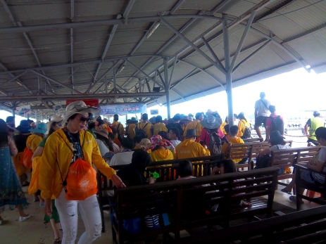 Menschenauflauf am Jesselton Ferry - dies ist nur ein Teil der vielen Menschen am Hafen