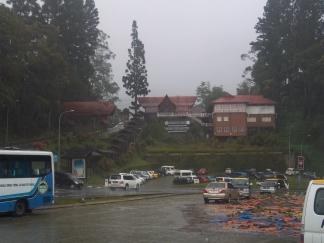 Verregnet: Blick von der Cafe-Veranda auf den Eingang des Nationparks