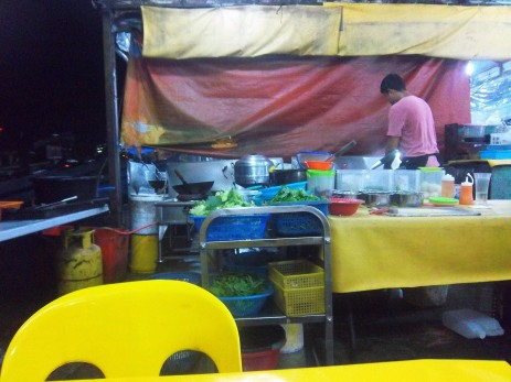 Eine der Küchen auf dem abendlichen Fischmarkt