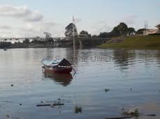 Mit diesen Booten setzen Einheimische Touristen und Anwohner über den Sarawak