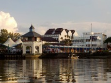 Blick auf die Waterfront im Zentrum Kuchings