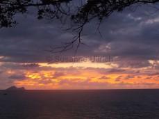Sonnenuntergang mit Blick auf die Insel Satang