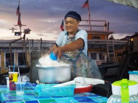 Diese Frau fand ich einfach richtig toll. Sie arbeitet in einer der Freiluftküchen. Hier schaufelt sie Reis von einem Topf in den nächsten