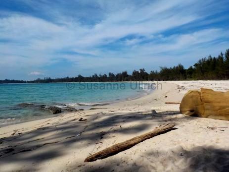 Auch hier: Traumhafter langer Strand mit nur wenigen Menschen