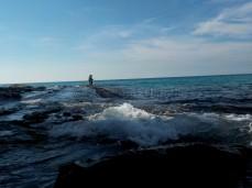 Fischer angeln hier mit festem Stand auf den rutschigen Felsen