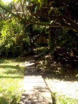 Holzplankenwege führen teilweise durchs Camp.