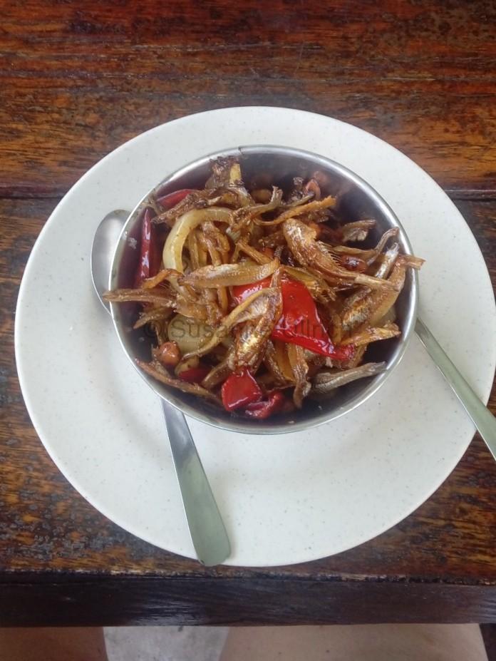 Auch lecker: Ikan Bilit - fritierte Anchovis mit Zwiebeln