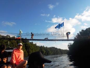 Neue Verbindung: Dank der Brücke können die Einheimischen nun auch ohne Boot von einem Ufer ans andere