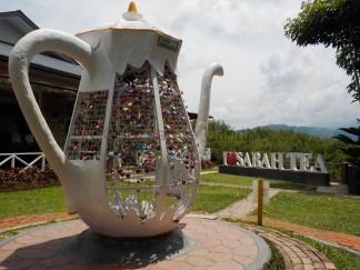 Für Verliebte: Die große Teekanne bietet viel Platz für Herzschlösser