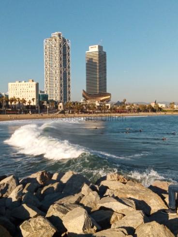 Mutig: Einige Surfer wagen sich ins kalte Wasser und warten auf die perfekte Welle