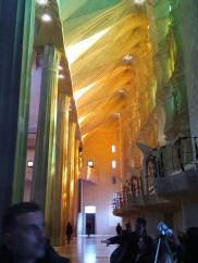 Tolles Farbenspiel in der Sagrada Familia von Seiten der Passionsfassade