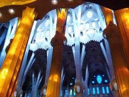 Kalt und Heiss: Auf die vorderen Säulen fällt das Sonnenlicht durch die bunten Fenster. Weiter hinten nicht. Ein krasser Unterschied