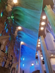 Farbenspiel in der Sagrada Familia von Seiten der Geburtsfassade