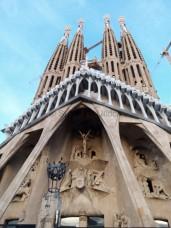 Die kantige Passionsfassade der Sagrada Familia